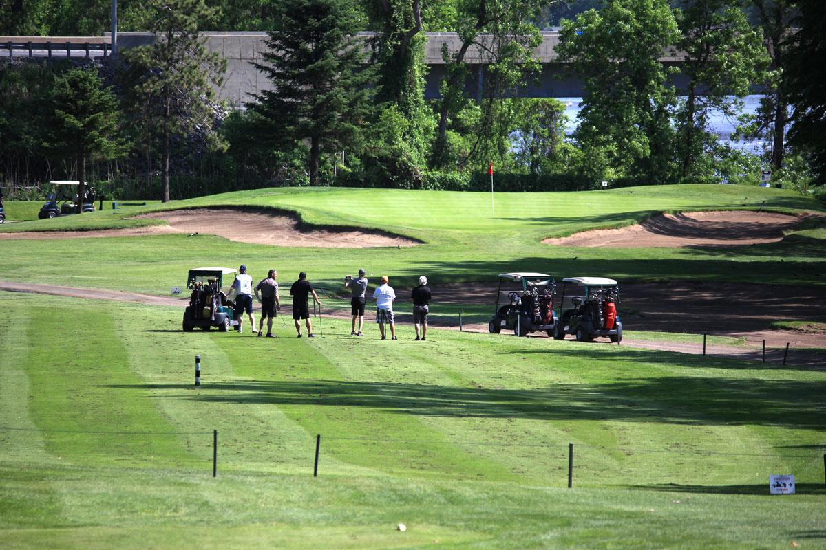 Joueurs sur terrain de golf - Classique de golf Normand Léveillé